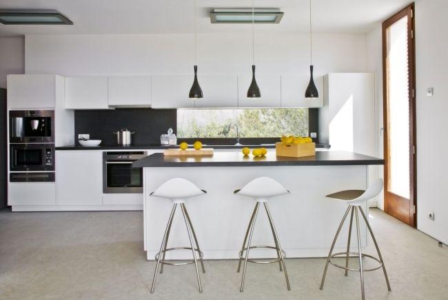 minimalistische küche weiß schwarze pendelleuchten fliesenspiegel