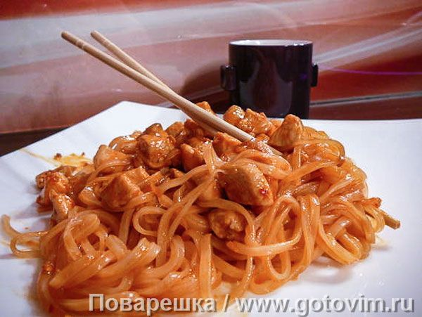 Для ужина в азиатском стиле купите пачку китайской рисовой лапши и куриное филе. И конечно, запаситесь нужными специями: свежим имбирем, чесноком, перцем чили и соевым соусом. Подробную инструкцию читайте в рецепте.