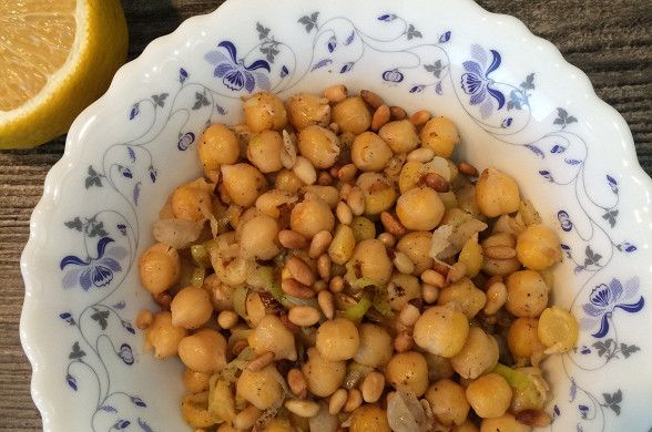 Нут с луком-пореем и кедровыми орешками рецепт – вегетарианская еда: основные блюда. «Афиша-Еда»