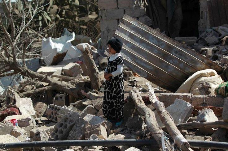 Un petit garçon au milieu des décombres de bâtiments visés par une attaque aérienne de la coalition menée par l'Arabie Saoudite sur la capitale yéménite, Sanaa