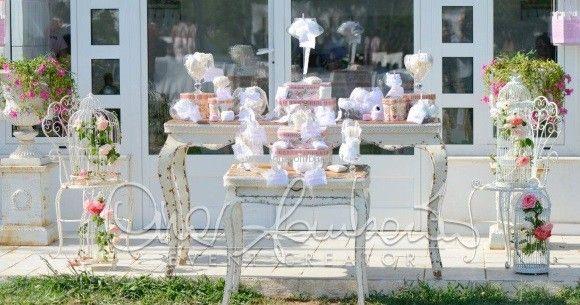 Da pizzi artigianali, ricami e merletti nasce un tableau de mariage che intreccia i fili dell'amore.