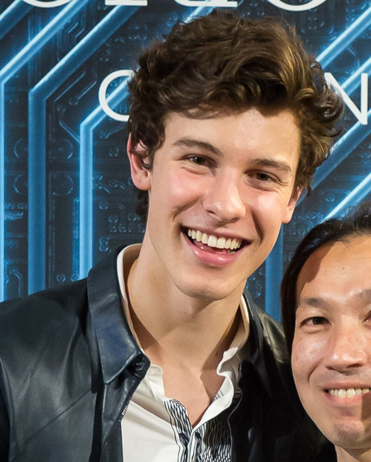 """537 curtidas, 4 comentários - Shawn Mendes Updates (@shawnmendesupdates1) no Instagram: """"December 17: Shawn at the #emporioarmani event in Tokyo, Japan #shawnmendes"""""""
