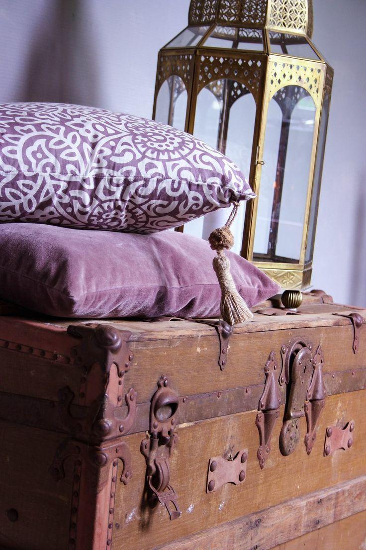 Vardagsrum. Livingroom. Tinek day home matbord stolar tolix inspiration brickbord spegel happy light interiör interior blommor olivträd kuddar kudde soffa tv-rum matrum marockanskt Indien trägolv plankgolv kalkfärg Kalklitir ✔️ blogg: www.usoinredare.blogg.se ✔️ instagram: @usoinredare