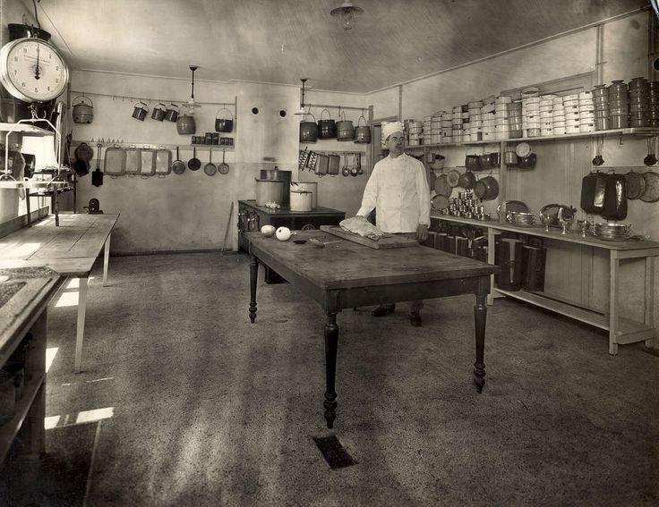 Joodse restaurantkeuken in 'Gebouw Cats', Plantage Middenlaan 12 in Amsterdam. De kok poseert in zijn koosjere keuken vol met potten en pannen en een granito vloer. Amsterdam, 1922.