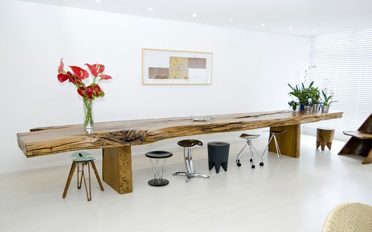 """Hoe #HugoFrança #meubels uit hout creëert, mag gerust kunstig worden genoemd. Hij houwt (snijdt) een #meubel uit één stuk boom. """"De #kunst is om met minimale ingrepen in het #hout #unieke stukken met #functionele vormen te creëren."""""""
