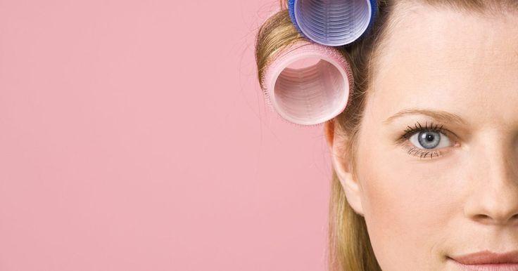 Cómo peinar cabello seco usando rulos con velcro. ¿Quieres tener un cabello voluminoso y grande, como el de Brigitte Bardot? Con el pelo seco y las herramientas correctas, este tipo de pelo está a solo 20 minutos de distancia. Los rulos con velcro son fáciles de usar y te servirán para levantar tu cabello, y para domar pelos sueltos. Ninguna chica puede estar en contra de esto. Carda un poco tu ...