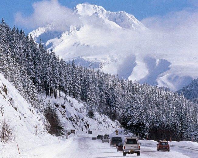 Stratovulkán Hood leží na západním pobřeží USA ve státě Oregon, asi 80 km jihovýchodně od města Portlandu. S výškou 3426 m je zároveň nejvyšší hora Oregonu. Jméno dostala po britském admirálovi Samuelovi Hoodovi, původní obyvatelé Ameriky sopku nazývají Wy'east.