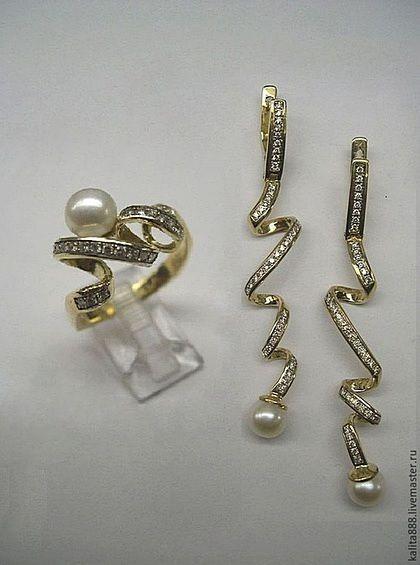 Оригинальный гарнитур с длинными серьгами и кольцом с жемчугом и бриллиантами в виде спиралей вес в золоте 585 пробы около 12 грамм 125 бриллиантов общим весом от 1.1 до 1,5 карата стоимость в золоте 585 пробы и 1,1 карат -156 000 р. с бриллиантами 1,5 карата 196 000 р. Можно сделать с белыми и черными бриллиантами, еще можно сделать в белом золоте и с сапфирами или изумрудами  Любые вопросы, консультаций, пишите звоните WhatsApp/Viber +7-985-226-26-33  kalita888.livemaster.ru…