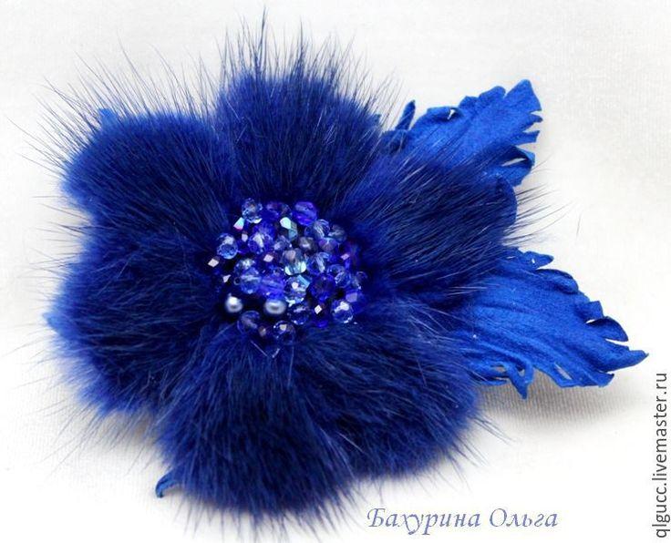Купить Брошь-заколка из меха норки ярко -синего  цвета - синий, меховая брошь