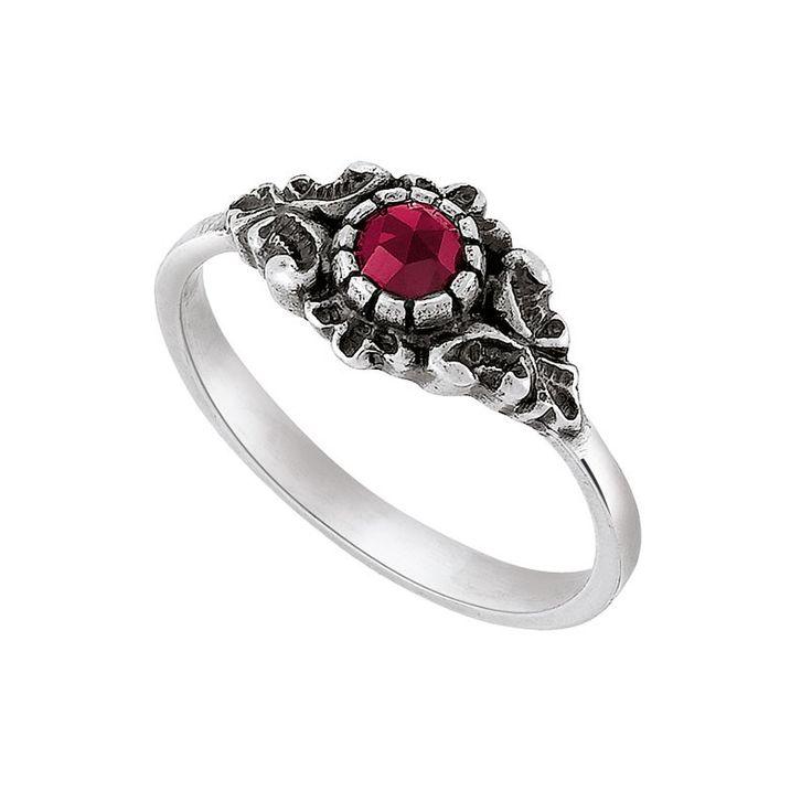 d'argento silberner Ring mit Granat Ring aus Silber 925 Sterling mit Granat. Der schlichte Ring hat einen breiteren Ringkopf, auf dem ein facettierter Granat gefasst ist. Das anlaufgeschützte Silber sowie der rote Stein verleihen dem Ring einen traditionellen Stil. Das Schmuckstück passt auch perfekt als Trachtenschmuck zu Ihrem Dirndl-Outfit.