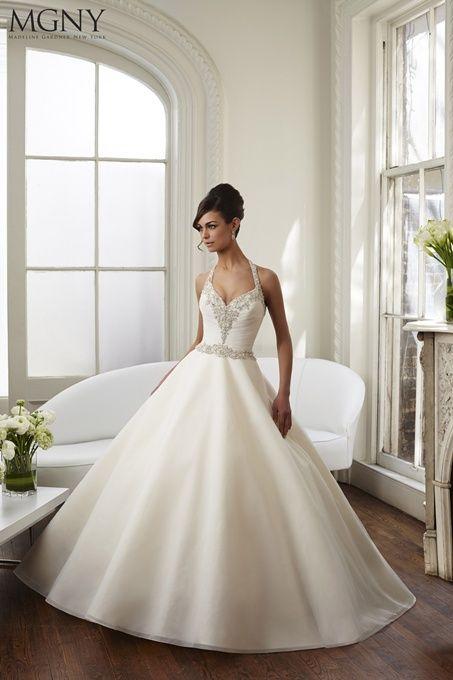 El escote halter para adornar un vestido con mucho volumen