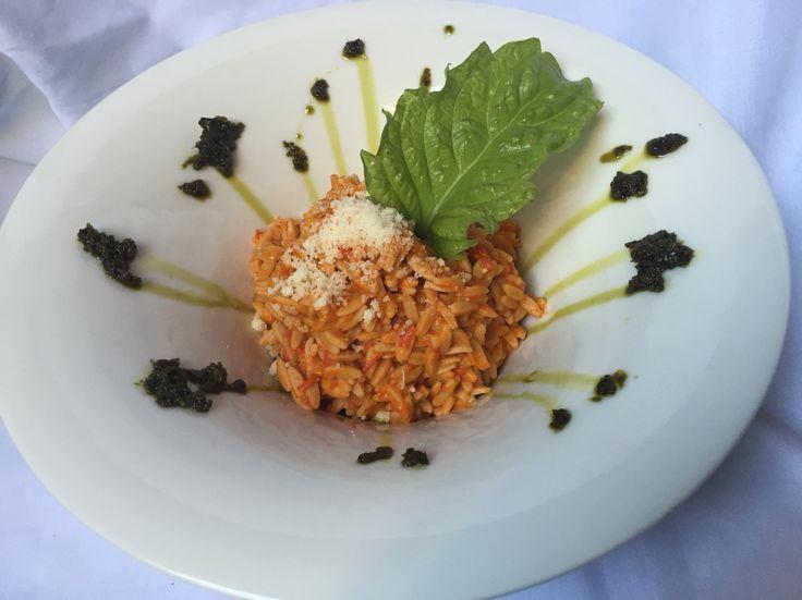 Könnyített szénhidrát tartalmú rizs formájú tészta paprika medvehagyma pestoval parmezannal bazsalikommal.