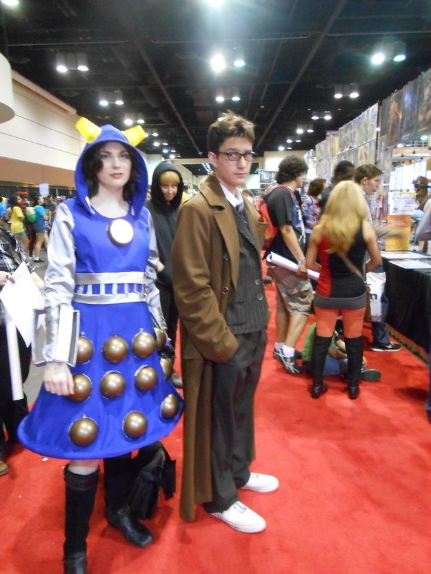 """This Person Is The Master Of Photobombing """"Doctor Who"""" Cosplayers"""