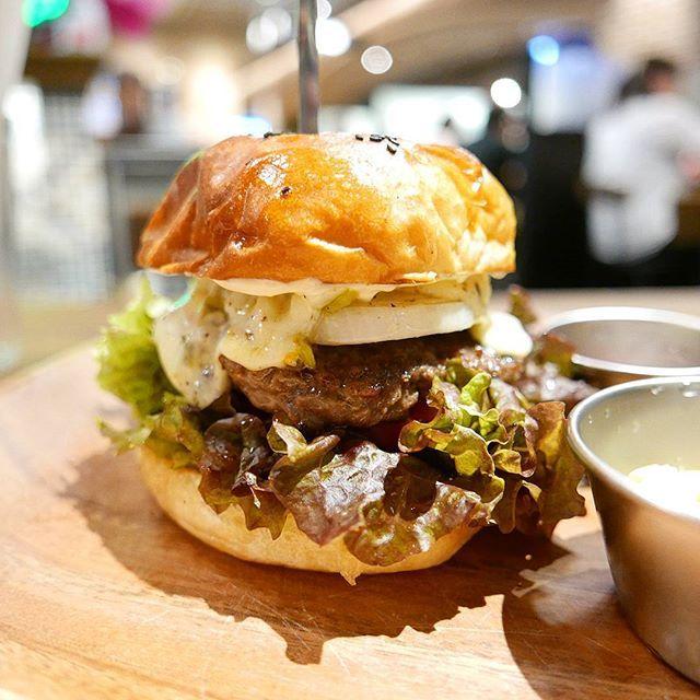 和歌山の人気店が大阪に初出店。 細かめに挽いたパティ。 むっちんとした食感のバンズは噛み応えが独特で好みでした。 今回はチーズトッピングで。  ごちそうさまでした🍔  #大阪 #osaka #阿倍野 #ハルカス #和歌山 #3bバーガーアンドステーキ#人気 #hamburger #ハンバーガー #burger #beef #肉 #meat #bread #パン #sandwich #写真 #photography #photo #pic #lumix #lx100 #food #カメラ #camera #チーズ #cheese #サンドウィッチ #3bburger