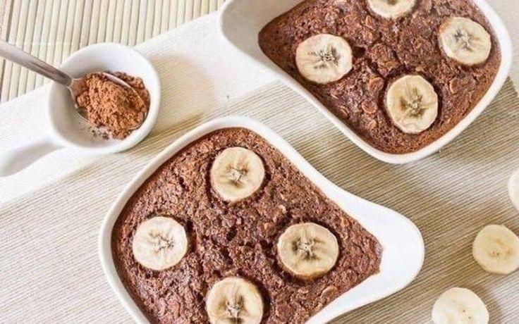 шоколадно-банановая запеканка. Ингредиенты: 2,5 стакана овсяных хлопьев,2 стакана молока,3 банана,2 яйца,0,5 стакана какао, 0,3 стакана сахара, 0,3 ч. л. разрыхлителя. Процесс: 1. Бананы размять в пюре и смешать с яйцами, какао-порошком, сахаром, солью, разрыхлителем и ванилином (по желанию). 2. Залить смесь молоком и размешать, чтобы не осталось комочков какао. 3. Засыпать овсяные хлопья, перемешать и залить в форму.  4. Запекать 40–45 минут при 180 гр. При подаче залить молоком или…