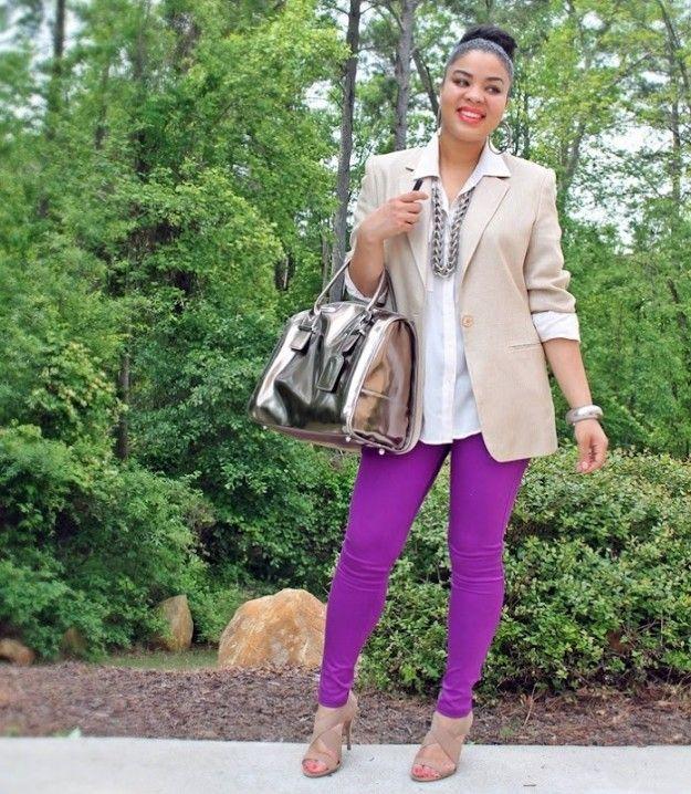 Pantaloni viola e blazer beige - Pantaloni viola abbinati a blazer beige.