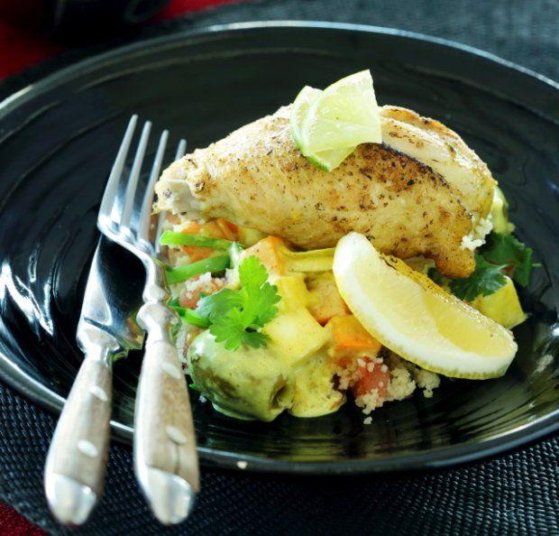 Kurczak w sosie oliwkowo-cytrynowym z sałatką z kuskus z cynamonem i kminem rzymskim