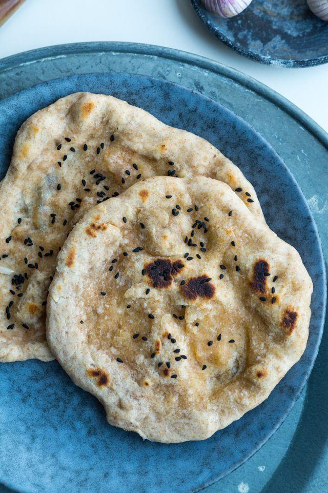 I forbindelse med at vi i sidste uge spiste Rajma – vegansk indisk ret, lavede jeg disse grove naanbrød til. Normalt ville jeg lave sådanne brød med gær og lade dem hæve, men da det var en lidt hurtig