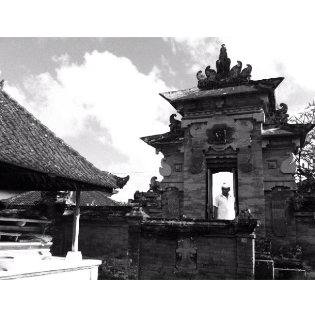 """""""entering the temple"""" everyemotion.net   life & culture photojournalism   Bali, Indonesia"""