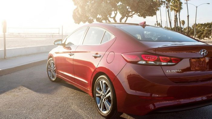 """Về ngoại thất thì Hyundai Elantra Đà Nẵng được thiết kế trên triết lý """"Điêu khắc dòng chảy 2.0"""". Xe có vẻ ngoài như một chiếc coupe bốn cửa mang dáng dấp trẻ trung do nó còn giữ lại một vài thiết kế chung so với người tiền nhiệm. Các chi tiết còn lại hầu như được làm lại toàn bộ bằng cách dùng các nét cắt sắc xảo để tạo nên một cái nhìn mới mẻ, hiện đại, trẻ trung và rất năng động…"""