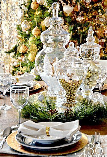 Blogger Desiree utiliza un espejo como soporte para sus decoraciones de mesa para reflejar mejor los ornamentos metálicos, jarrones de cristal, y ajustes de lugar de oro temática.  Ver más en la avenida 36a.