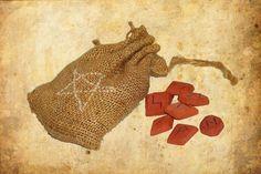 Runen aus Freyas Geschlecht und ihre Bedeutung + Räucherwerk Heute möchte ich auch die einzelnen Runen des 24er Furthak aufschreiben. Die Runen werden in drei Geschlechter aufgeteilt: Die Runen Freyas, die Runen Odins und die Runen Tyrs. Mit Runen kann man auch sein tägliches Orakel abhalten, wie man es von den Tarotkarten kennt. Dafür kann man sich eine Tages-Rune ziehen oder auch 3 Runen […]