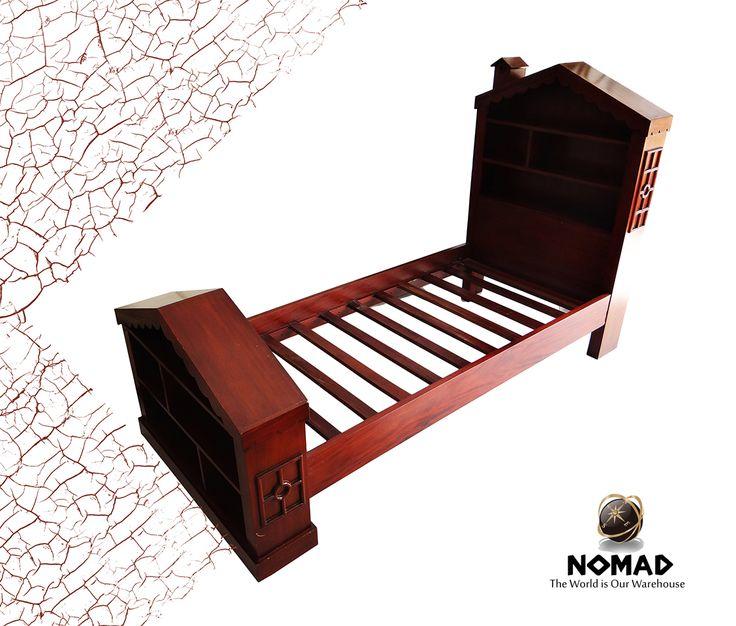 Pequeña #cama para niños con cabecero en forma de casita y estantería. @N