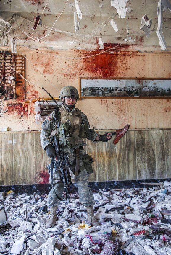 Peter Van Agtmael. Irak, Mossoul, 2006. Une scène d'horreur après un attentat suicide qui a tué 9 personnes et en a blessé 20.