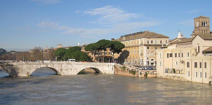 Ponte Cestio durante una piena nel dicembre 2008