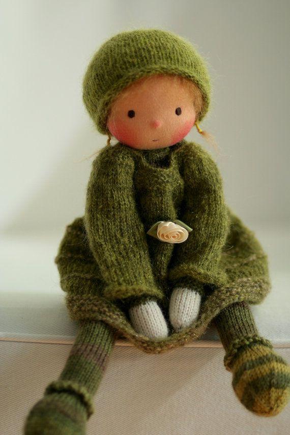 Poupée de fabrication artisanale selon la pédagogie Waldorf. La poupée Alva est de 13(33 cm) de long. Sa tête est sculptée dans le style traditionnel de Waldorf ; la tête est en jersey 100 % coton de Netherlands.Her les yeux et la bouche sont brodés à la main. Le corps de la poupée est tricoté à la main par moi à laide de fil de laine de haute qualité. Le corps est rembourré avec de la laine de mouton nettoyé et cardée. La chevelure est faite de fil de DollyMo très spécial. Ses joues sont a…