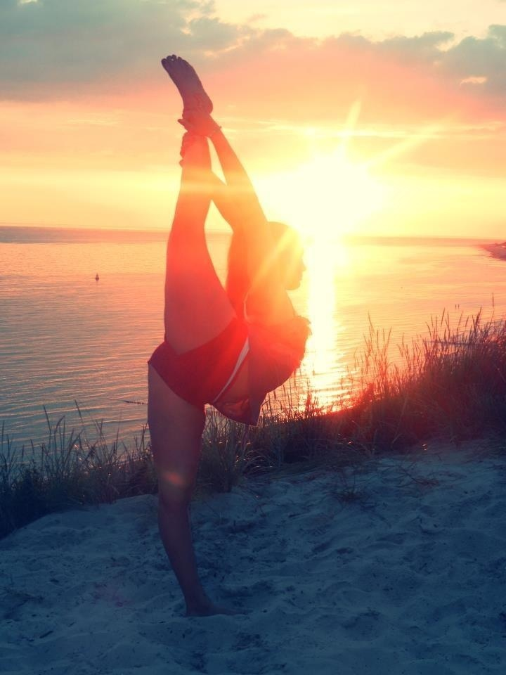 #Cheer, beach, sunset, silhouette, scorpion, needle, grace, form, stunt, beautiful   from Cheerleading & Gymnastics: Off the Mat, Field & Floor board http://pinterest.com/kythoni/cheerleading-gymnastics-off-the-mat-field-floor/ m.44.12 #KyFun