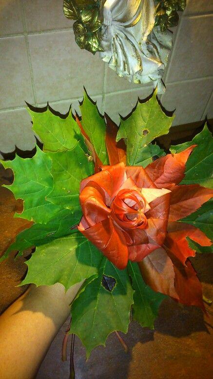 Kwiatek z jesiennych lisci
