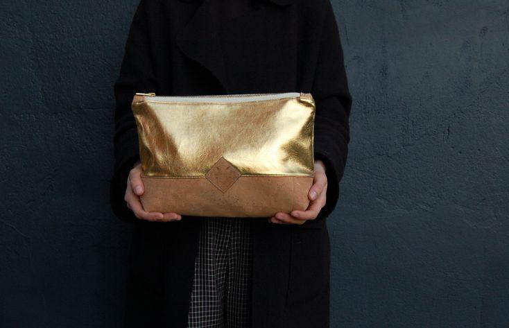 Korkleder Clutch, Kosmetiktasche gold, vegane Clutch, Tasche gold, Kork natur, Make up Tasche, Pinseltasche gold, schminktäschchen gold von Herdentier auf Etsy