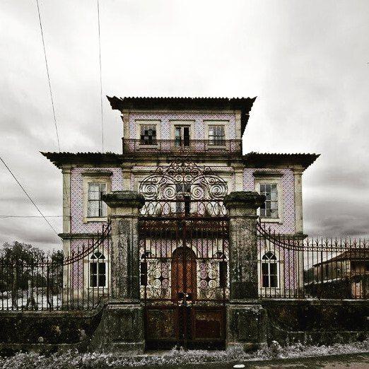 Casa del Profesor en Oliveira de Azeméis Portugal  Una casona abandonada ubicada en la ciudad portuguesa de Oliveira de Azeméis.