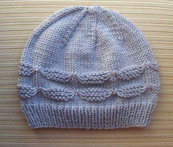 He encontrado este interesante anuncio de Etsy en https://www.etsy.com/es/listing/107394895/knitting-pattern-140-hat-with-small-bows