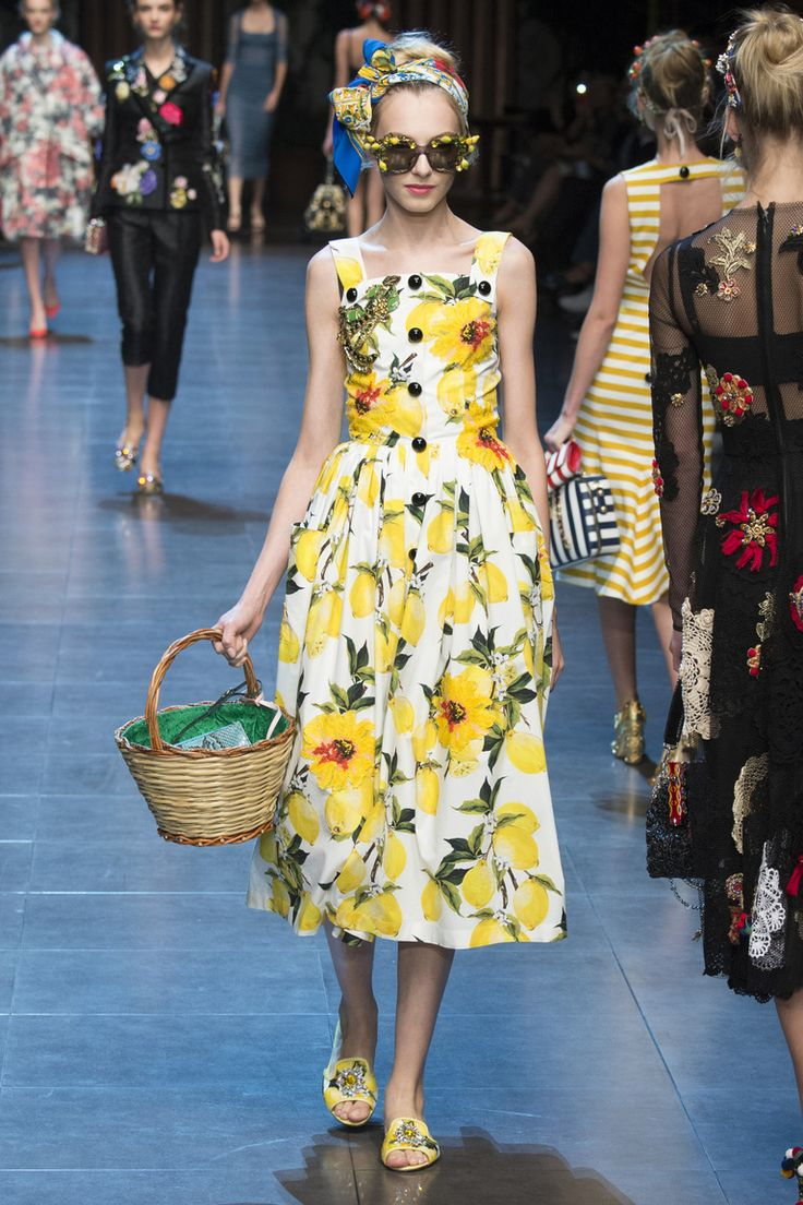 Желтый сарафан весна-лето 2016 – коллекция Dolce Gabbana – показ коллекции на неделе моды в Милане