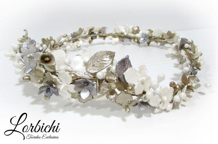 Tiara de flores de porcelana, pistilos y hojas, en blanco nácar, dorado champán y plata. Con dos presillas para colocar fácilmente con horquillas. www.tocadoslorbic... #tocado #novia #boda #tiara #corona #cinta #fascinator #bridal #headpiece #headband #headdress #flores #porcelana #dorado #champán #hojas #evento #hojas #blanco #nácar #plata #gris #grey #silver #gold #leaves #branches #floralcrown #crown #flowercrown #pistilos #stamen