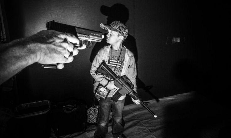 Mark Peterson, un videogioco per allenarsi a colpire degli oggetti alla convention della National Rifle Association.