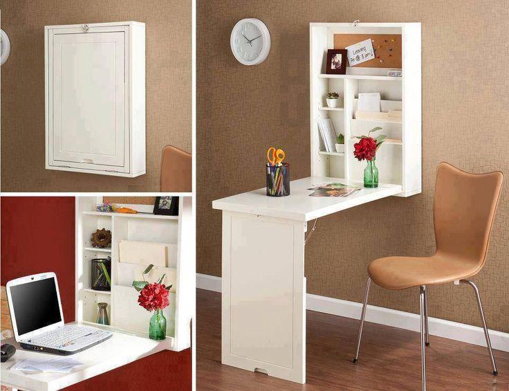 Un bureau compact intégré au mur, parfait pour optimiser l'espace d'un petit logement.