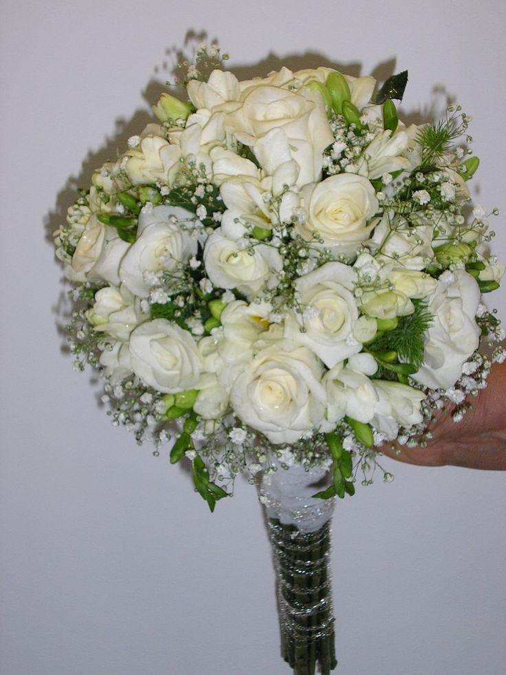 Ramo de novia de rosas blancas, fresia y paniculata.