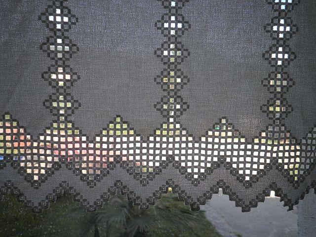Estas son las cortinas que tengo en mi habitación, hechas a hardanger:       Os las enseño más de cerca para que podáis ver los detalles. Ha...