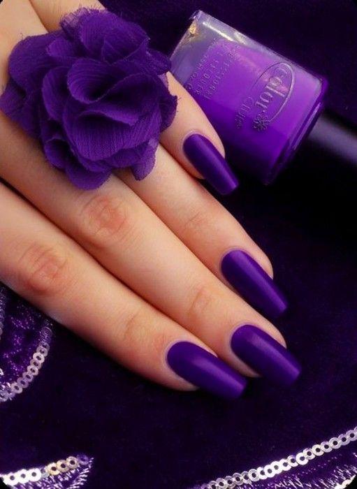Diseño de uñas color morado