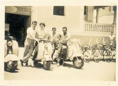 O Haroldo (filho) nos enviou uma outra reliquia de família. Essa aí é de Dezembro, 1961, na lua de mel de seus pais, Haroldo Gonçalves (esq.) e Hermenegilda Moraes Gonçalves (dir.), em Poços de Caldas. Seus pais estavam alugando uma Lambretta para passear, porque na ida, o motor da Lambretta de seu padrinho, que estava emprestada, travou e seus pais caíram, sendo que sua mãe quase foi atropelada por um caminhão. - Lambretta Brasil: Janeiro 2009