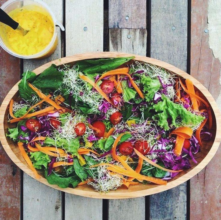 Salada arco-íris com molho de manga