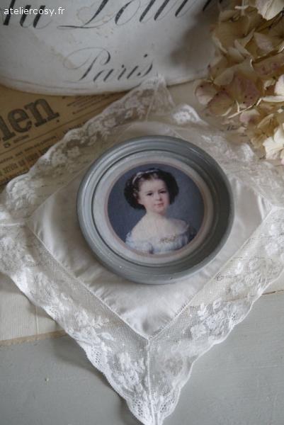 Portrait de fillette et cadre ancien Brocante de charme atelier cosy.fr