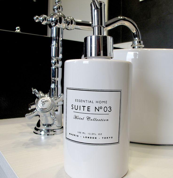 Nidito: grifo de caño alto para lavabo Florentina de Roca; dosificador de jabón cerámico de Zara Home.