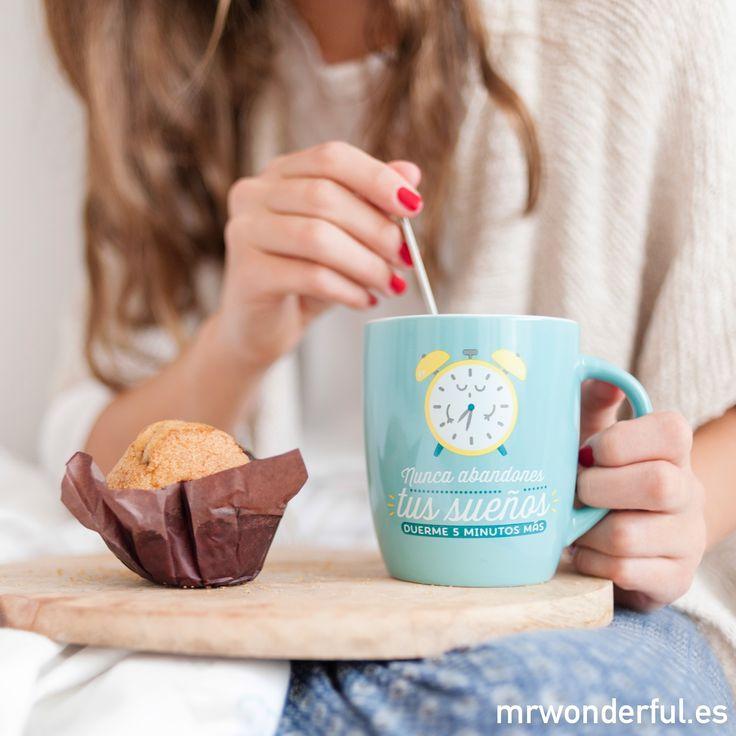 """Taza """"Nunca abandones tus sueños, duerme 5 minutos más"""". Dormir cinco minutos más es un lujazo. #mrwonderfulshop #mug #dreams"""