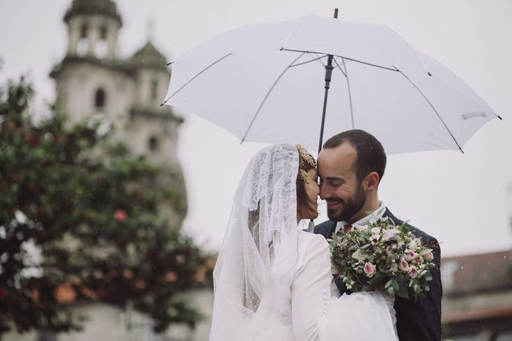 Bodas con lluvia.  Fotografia de bodas Galicia. Bodas Coruña. » Fotografo de bodas Galicia. Rainy wedding. A Coruña,Santiago de Compostela, Lugo, Ourense, Vigo, Pontevedra. Reportajes de boda emotivos, espontaneos y elegantes.