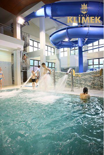 Dzieci uwielbiają pluskać się w wodzie. Maluchom dużo frajdy sprawią długa zjeżdżalnia wodna, tryskający grzybek, brodziki, płaszcz wodny oraz ekscytująca kaskada.  #dzieci #aquapark #zabawa #fun #hotelklimek #basen