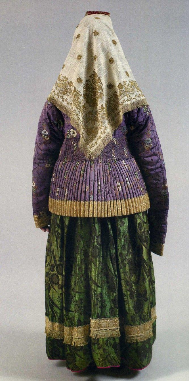 Женский праздничный костюм. Первая половина ХIХ века Сарафан, шугай, платок  У жительниц Торжка правый рукав шугая заметно длиннее левого: